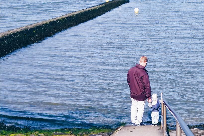 Kind und Papa am Meer Nordsee